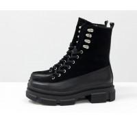 Черные ботинки на высокой шнуровке, выполнены из натуральной итальянской кожи и замши черного цвета, на тракторной подошве с глубоким протектором, Б-2075-02