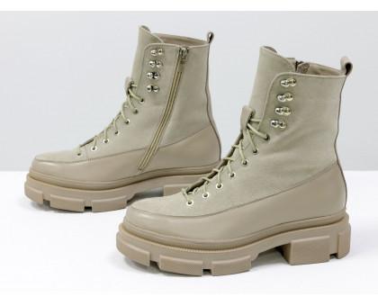 Светлые ботинки на высокой шнуровке, выполнены из натуральной итальянской кожи и замши бежевого цвета, на тракторной подошве с глубоким протектором, Б-2075-03