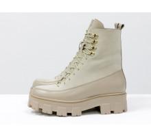 Светлые ботинки на высокой шнуровке, выполнены из натуральной итальянской кожи и замши бежевого цвета, на бежевой тракторной подошве с глубоким протектором и золотой фурнитурой, Б-2075-04