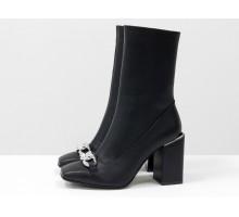 Дизайнерские базовые ботильоны черного цвета, из натуральной гладкой кожи, на невысоком квадратном каблуке и квадратном носке, с яркой серебряной фурнитурой на носике в виде крупной цепи, Эксклюзивная коллекция от Gino Figini,  Б-2080-02