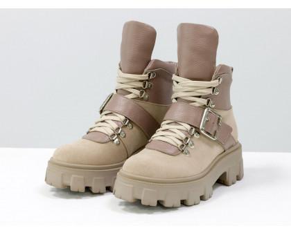 Брутальные нюдовые ботинки на высокой шнуровке и с ремешком, выполнены из натуральной итальянской кожи и замши бежевого цвета, на тракторной подошве с глубоким протектором, Б-2084-01
