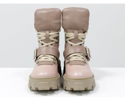 Брутальные пудровые ботинки на высокой шнуровке и с ремешком, выполнены из натуральной итальянской кожи розового и бежевого цвета, на тракторной подошве с глубоким протектором, Б-2084-02