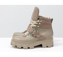 Яркие нюдовые ботинки на высокой шнуровке и с ремешком, выполнены из натуральной итальянской кожи бежевого цвета разных текстур, на тракторной подошве с глубоким протектором, Б-2084-03