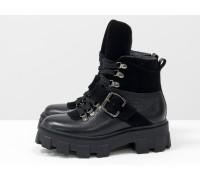 Брутальные черные ботинки на высокой шнуровке и с ремешком, выполнены из натуральной итальянской кожи и замши, на тракторной подошве с глубоким протектором, Б-2084-04