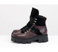 Стильные ботинки на высокой шнуровке и с ремешком, выполнены из натуральной итальянской кожи бордового цвета и черной замши, на тракторной подошве с глубоким протектором, Б-2084-06