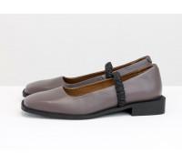 Стильные дизайнерские туфли с квадратным носком, из натуральной кожи грязно-сиреневого цвета, с черным эластичным ремешком, на квадратном современном каблуке. Весенняя коллекция от Gino Figini, Т-2112-03