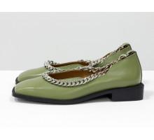 Стильные дизайнерские туфли с квадратным носком, из натуральной кожи фисташкового цвета, с крупной серебряной цепью, на квадратном современном каблуке. Новая коллекция от Gino Figini, Т-2113-04