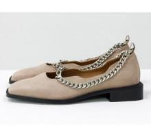Стильные дизайнерские туфли с квадратным носком, из натуральной замши бежевого цвета, с крупной серебряной цепью, на квадратном современном каблуке. Новая коллекция от Gino Figini, Т-2113-05