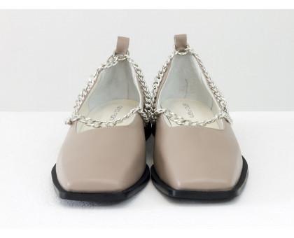 Стильные нюдовые туфли с квадратным носком, из натуральной кожи бежевого цвета, с крупной серебряной цепью, на квадратном современном каблуке. Новая коллекция от Gino Figini, Т-2113-08