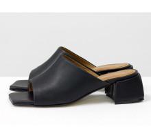 Стильные шлепанцы с квадратным носиком из натуральной итальянской кожи черного цвета с кожаным подкладом табачного цвета, на квадратном современном каблуке, С-2127-04
