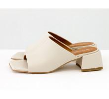 Стильные шлепанцы с квадратным носиком из натуральной итальянской кожи молочного цвета с кожаным подкладом, на квадратном современном каблуке, С-2127-07