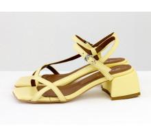 Дизайнерские босоножки на невысоком расклешенном каблуке, выполнены из натуральной итальянской кожи нежно-желтого цвета, Новая Коллекция Весна-Лето от Gino Figini, С-2141-10