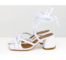Дизайнерские бесшовные босоножки на завязках, выполнены из натуральной итальянской кожи белого цвета, на среднем каблуке, Новая Коллекция Весна-Лето от Gino Figini, С-2145-06