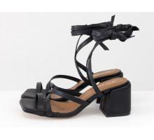Дизайнерские бесшовные босоножки на завязках, выполнены из натуральной итальянской кожи черного цвета, на среднем каблуке, Новая Коллекция Весна-Лето от Gino Figini, С-2145-08