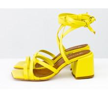 Дизайнерские бесшовные босоножки на завязках, выполнены из натуральной итальянской кожи ярко-желтого цвета, на среднем каблуке, Новая Коллекция Весна-Лето от Gino Figini, С-2145-09