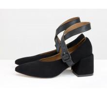 Классические черные туфли с ремешками, на обтяжном невысоком каблуке, выполнены из натуральной итальянской замши-велюр, Новая Коллекция от производителя Gino Figini, Т-2152-01