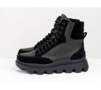 Стильные черные ботинки на высокой шнуровке, выполнены из натуральной итальянской кожи и замши, на утолщенной тракторной подошве с глубоким протектором, Б-2161-01