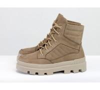 Стильные бежевые ботинки на шнуровке, выполнены из нубука цвета латте, на тракторной бежевой подошве с глубоким протектором, Б-2165-01