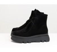 Ботинки на шнуровке в стиле desert boots, выполнены из натуральной черной замши, на высокой ребристой черной подошве, Б-2175-02