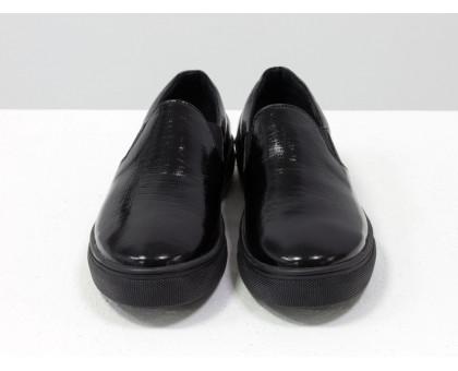 Слипоны/мокасины из натуральной лаковой кожи черного цвета с текстурой питон, на отличной прорезиненной подошве, Коллекция Весна-Лето,  Б-442-09