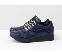 Стильные синие кеды из натуральной кожи с текстурой крокодил, на облегченной черной подошве, Т-SNEG-08