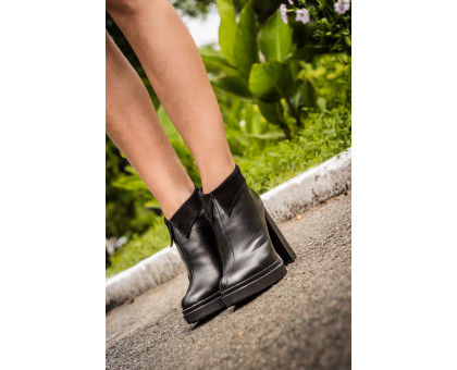 Ботинки в черной коже сверху отделка в виде воротничка в черной замше на высоком и устойчивом каблуке, Б-1661