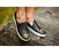 Слиппоны из натуральной кожи черного цвета с фурнитурой на носке на белой прорезиненной подошве, Коллекция лето-весна, Б-442-12