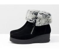 Классические женские ботинки из натуральной замши черного цвета с меховой опушкой, на удобной не высокой танкетке, Коллекция Осень-Зима, Б-17115-02