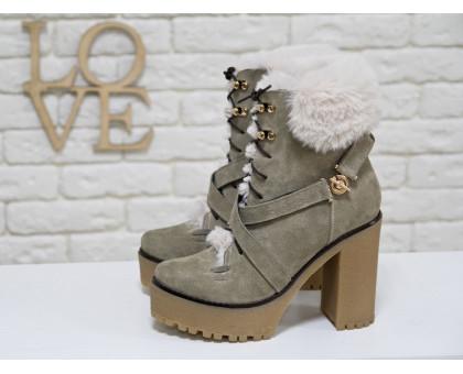 Люксовые замшевые Ботинки бежевого цвета, на высоком но устойчивом каблуке, украшены эко-мехом кролика, на шнуровке, Коллекция Осень-Зима 2017-2018 года, Б-17083