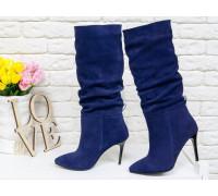 Сапоги-гармошки на сборке свободного одевания из натуральной замши синего цвета, на невысоком глянцевом каблуке-шпильке, с яркой лентой по заднему шву, Коллекция Осень-Зима , М-1827